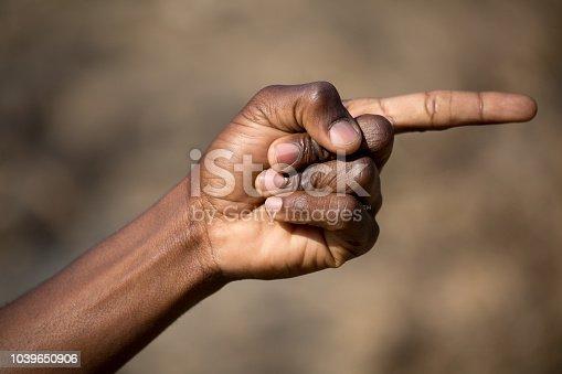 Afrikaner zeigt mit dem Zeigefinger