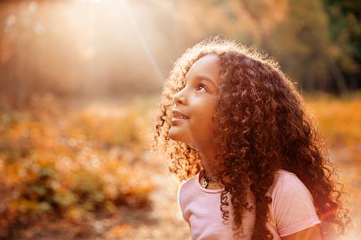 Afro American Cute Little Girl With Curly Hair Receives Miracle Sun Rays From The Sky - zdjęcia stockowe i więcej obrazów Biblia
