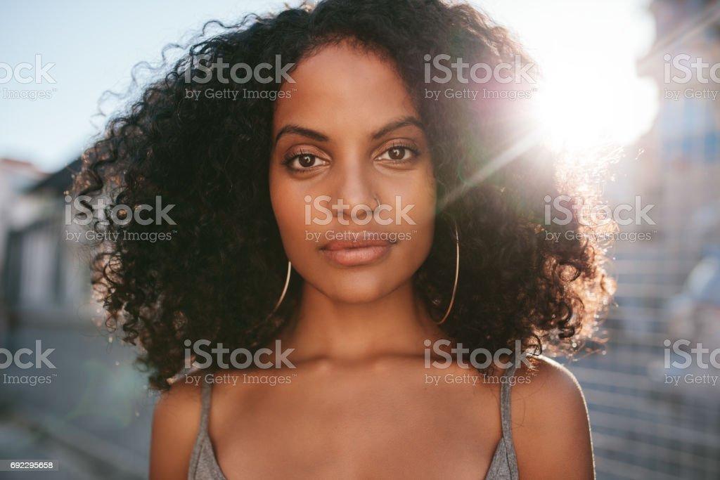 Afro americano mujer de pie al aire libre - foto de stock