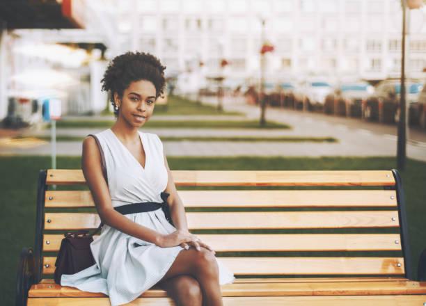 afro american girl auf der straße bank - hofkleider stock-fotos und bilder