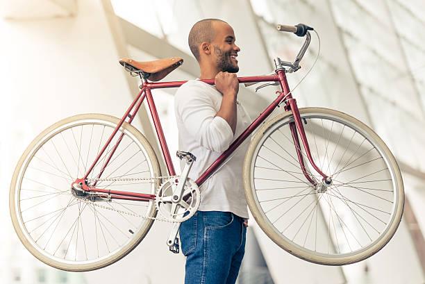 afro amerikanische mann - fahrradträger stock-fotos und bilder