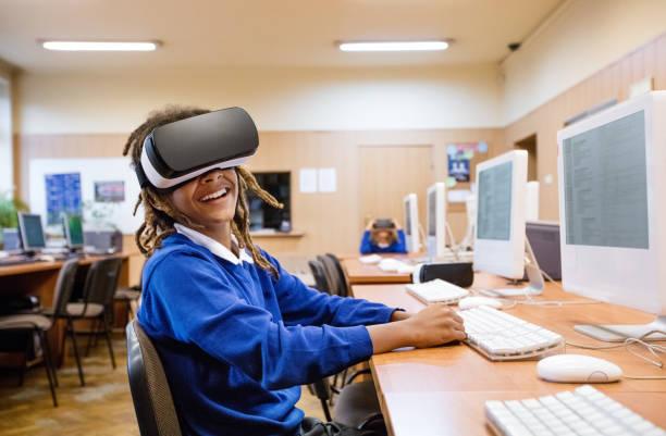 afro amerikanische studentin, die mit virtual-reality-brille - versuche nicht zu lachen stock-fotos und bilder