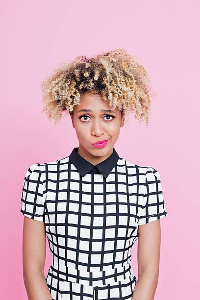 afro american young woman having a doubts - capelli ossigenati foto e immagini stock