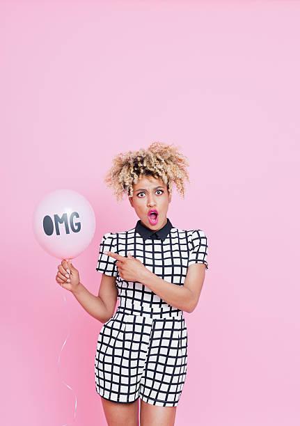 afro-american junge frau hält ballon mit omg-schild - frisuren 2016 frauen stock-fotos und bilder