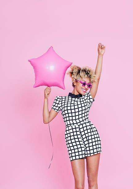 jovem afro americana mulher a segurar rosa estrela de balão de folha de alumínio - mulher balões imagens e fotografias de stock