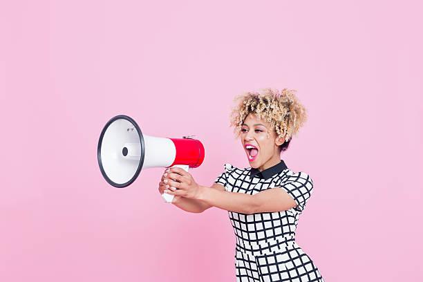 Afro-américaine jeune femme criant en mégaphone - Photo