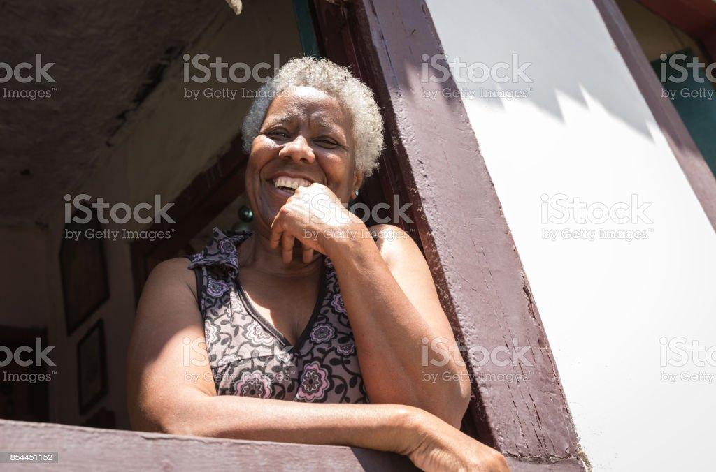 Afro brasilianischen Frau lächelnd zu Hause – Foto