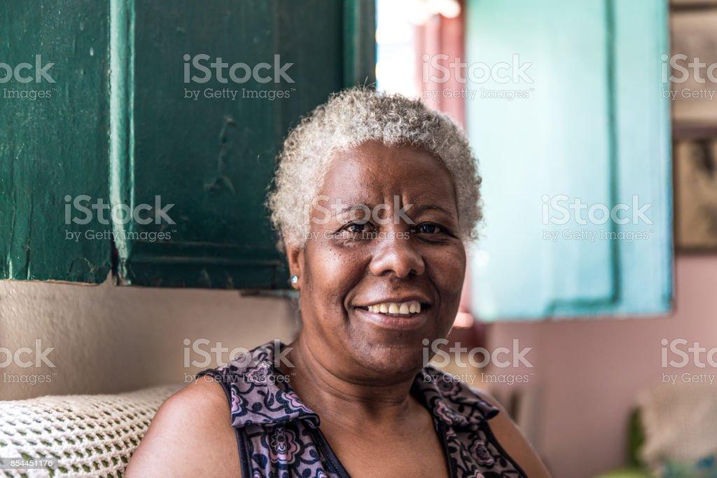 Afro brasileira mulher sorrindo em casa - foto de acervo