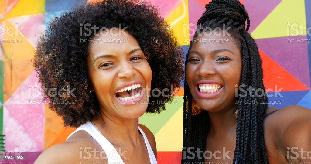 Meninas de ascendência afro tirando fotos de selfie no parque - foto de acervo