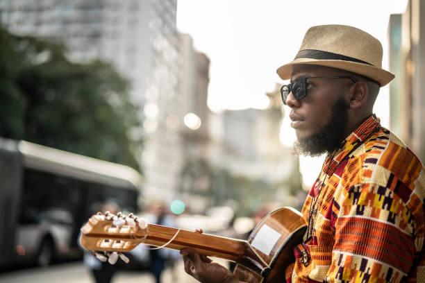 afro iniş hipster adam gitar açık ile - reggae stok fotoğraflar ve resimler