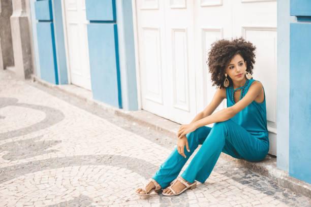 Afro-Mode auf dem Boden sitzend – Foto