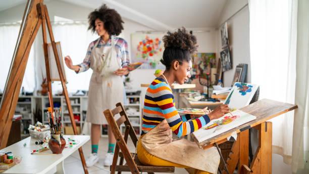 非洲女性優秀演出者在工作室繪畫 - 畫畫 動態活動 個照片及圖片檔