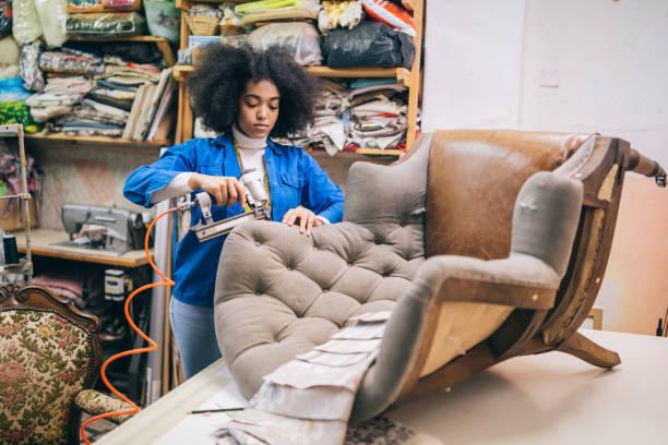 chaise de remise à neuf afro femelle dans l'atelier d'ameublement - damas en matière textile photos et images de collection