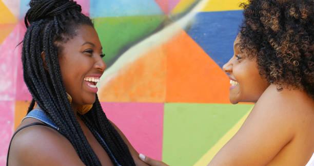 Afro amis réunis et des caresses dans le parc - Photo