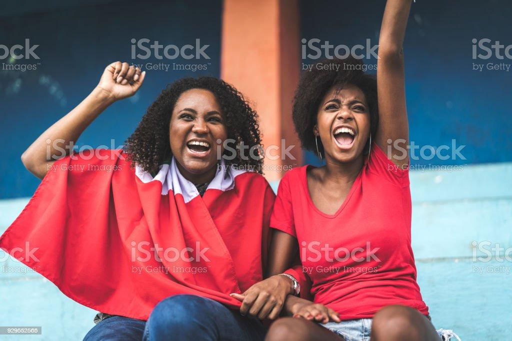 Afro amigos assistindo um jogo de futebol - foto de acervo