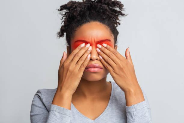 Afro Mädchen bedeckt ihre Augen mit Palmen – Foto