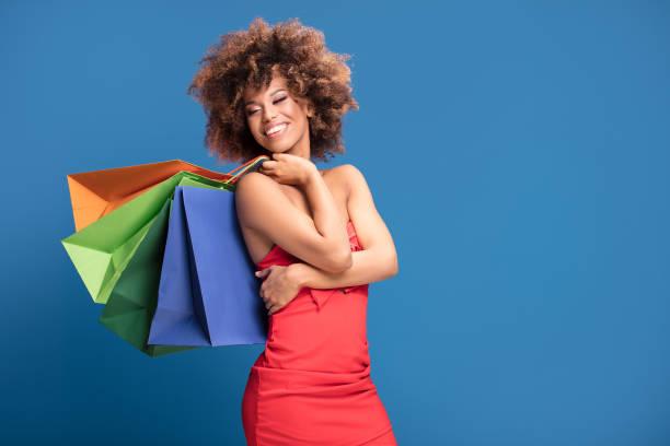 afro mädchen genießen einkaufen vertrieb. - kleider günstig kaufen stock-fotos und bilder