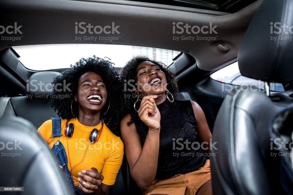 Afro-Mädchen, die Spaß im Auto – Foto