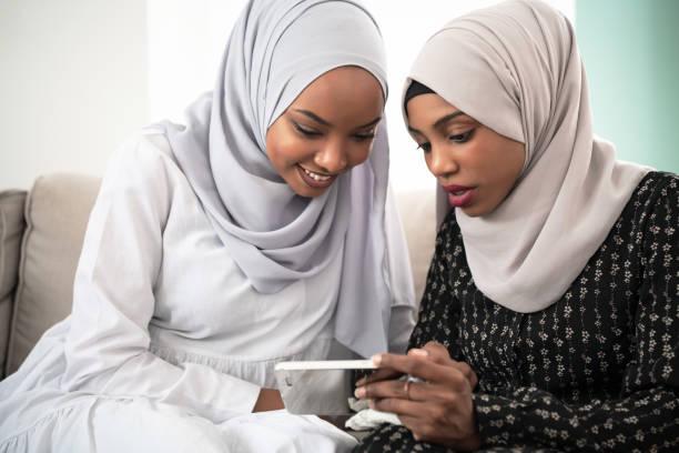 Afro Mädchen blickend auf Telefon – Foto