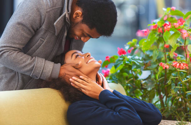 afro kerel in liefde het aanraken van zijn vriendin gezicht van achteren - verliefd worden stockfoto's en -beelden