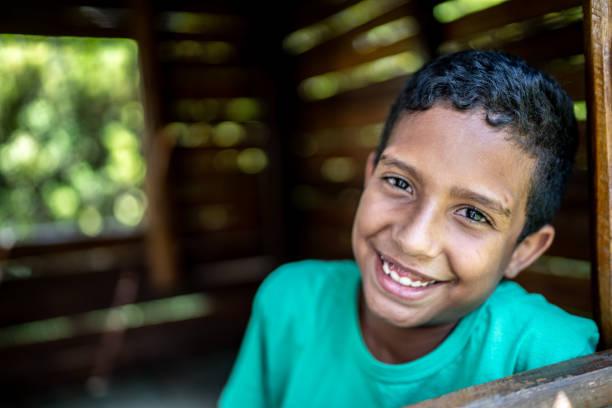 아프리카 라틴계 어린이 놀이터 목조 주택에서 - 남미 문화 뉴스 사진 이미지