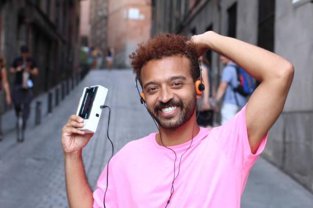 afro mann mit retro-stereo-kassetten-player - jamaikanische party stock-fotos und bilder