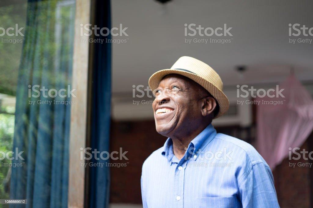 Afro Senior Looking Through The Window - Zbiór zdjęć royalty-free (70-79 lat)
