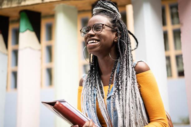 afro élève/enseignant en mouvement - vie étudiante photos et images de collection