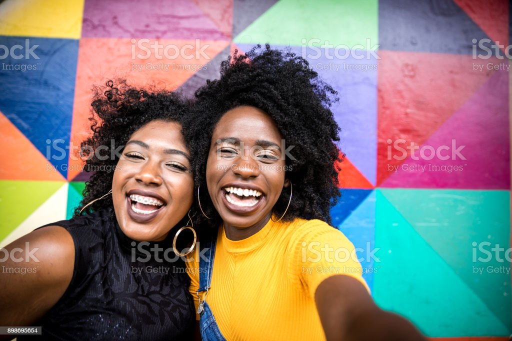 Afro women descent taking selfie photos in the park - foto stock