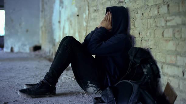 afro-americano menino escondido no arruinado edifício, fugiu da família disfuncional - sem teto - fotografias e filmes do acervo