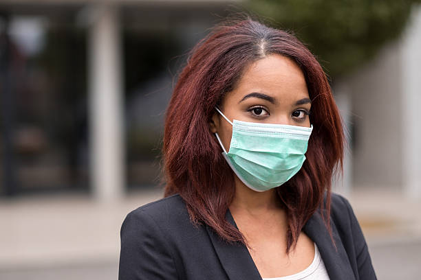 Afro-American Businesswoman Wearing Health Mask bildbanksfoto