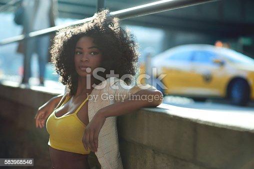 istock Afroamerican girl in vintage Brooklyn bridge area 583968546