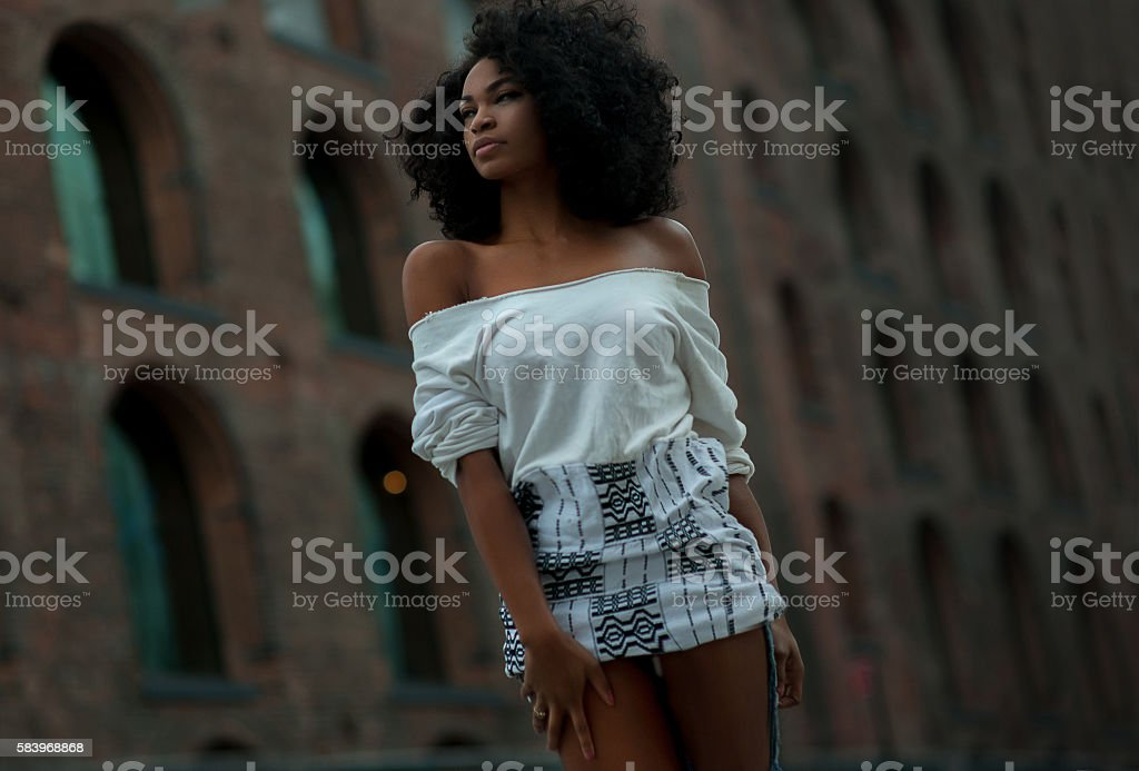 Afroamerican girl in vintage Brooklyn bridge area – zdjęcie