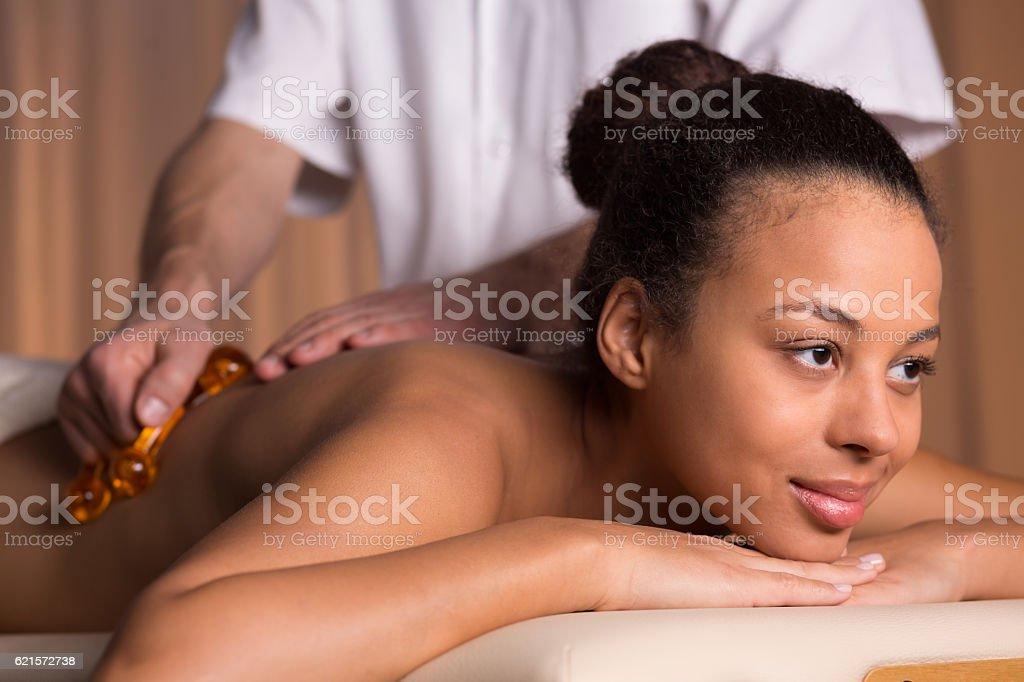 Afroamerican woman having back massage photo libre de droits