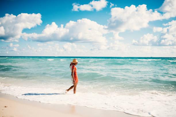 hispanic frau genießt sommer am strand in den usa - golfküstenstaaten stock-fotos und bilder