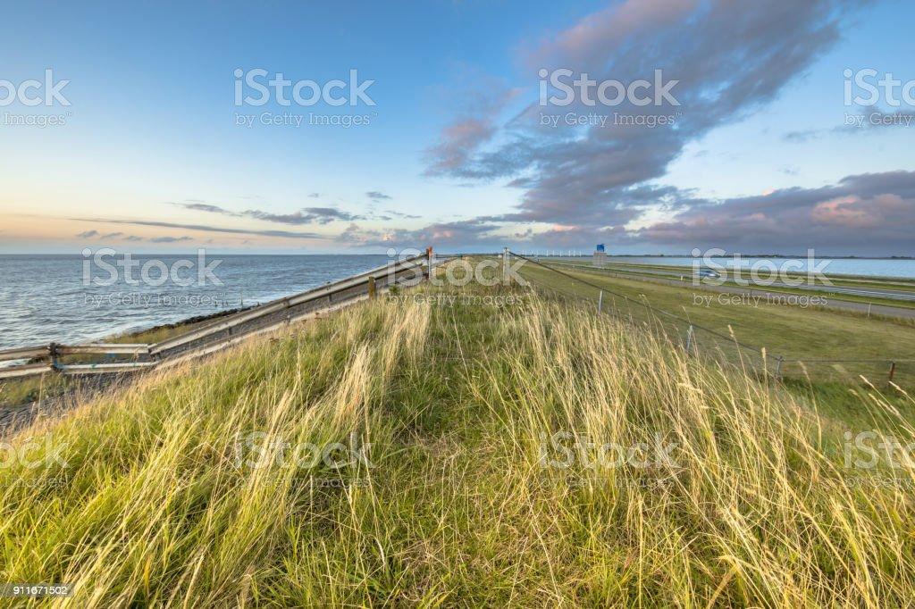 Afsluitdijk Nederlandse Dijk zonsondergang hekken foto