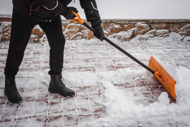 降雪後, 一個人在他的房子前面打雪。緊急情況下, 降雪。 - 鏟 個照片及圖片檔