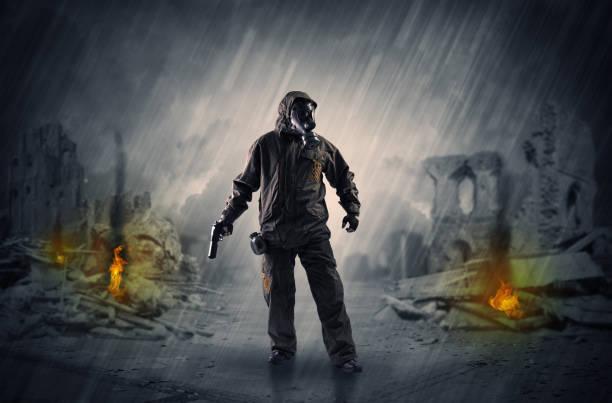 nach katastrophe männer kommen in gasmaske und waffen - zorn tod und regen stock-fotos und bilder