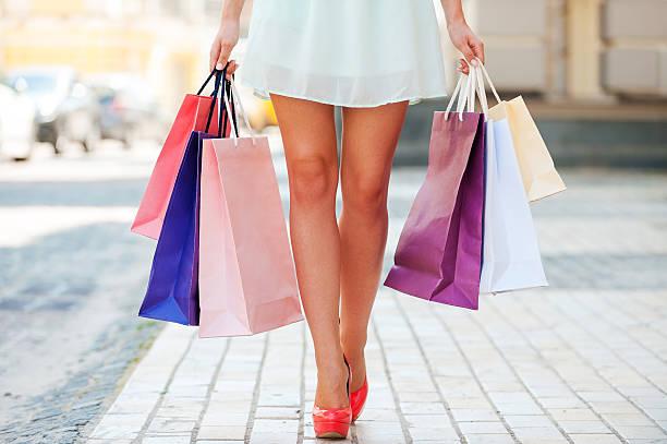 nach einem shopping-tag. - kleider günstig kaufen stock-fotos und bilder