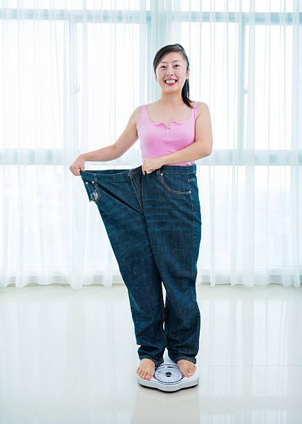 nach dem abnehmen - damen sporthose übergröße stock-fotos und bilder