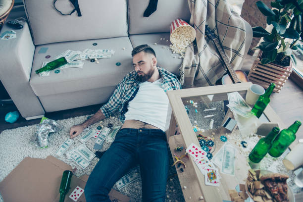efter part följder. ovanifrån ovan bild berusad skäggiga bär rutig skjorta och jeans, han sover på golvet och omgiven av pengar, popcorn, matrester och röra - dirty money bildbanksfoton och bilder