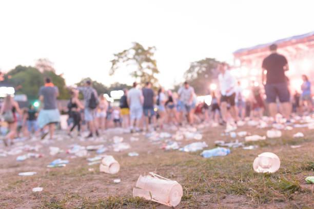 After-Party - leere Gläser und Müll auf dem Boden – Foto