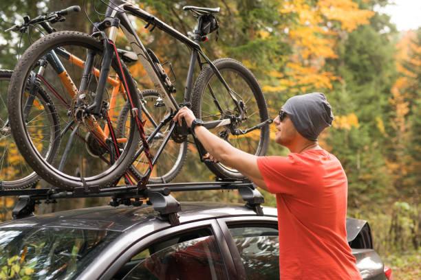 nach roadtrip ist es fahrzeit - fahrradträger stock-fotos und bilder