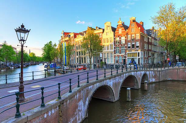 afternoon canal amsterdam - keizersgracht stockfoto's en -beelden