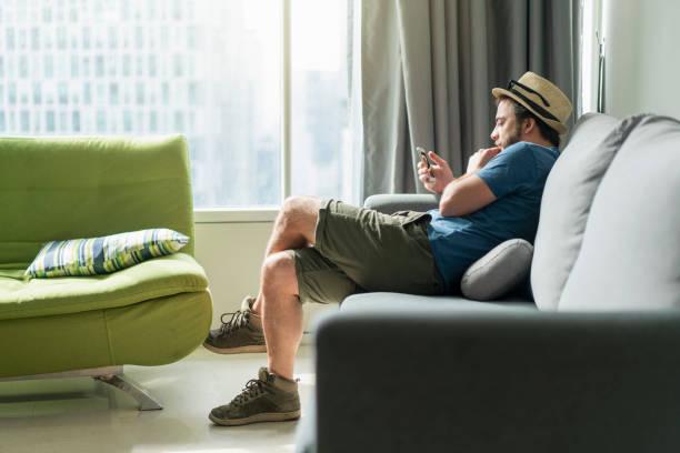 afternoon chill - divano procrastinazione foto e immagini stock