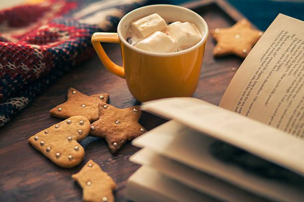 kaffee am nachmittag - zeichen lesen stock-fotos und bilder