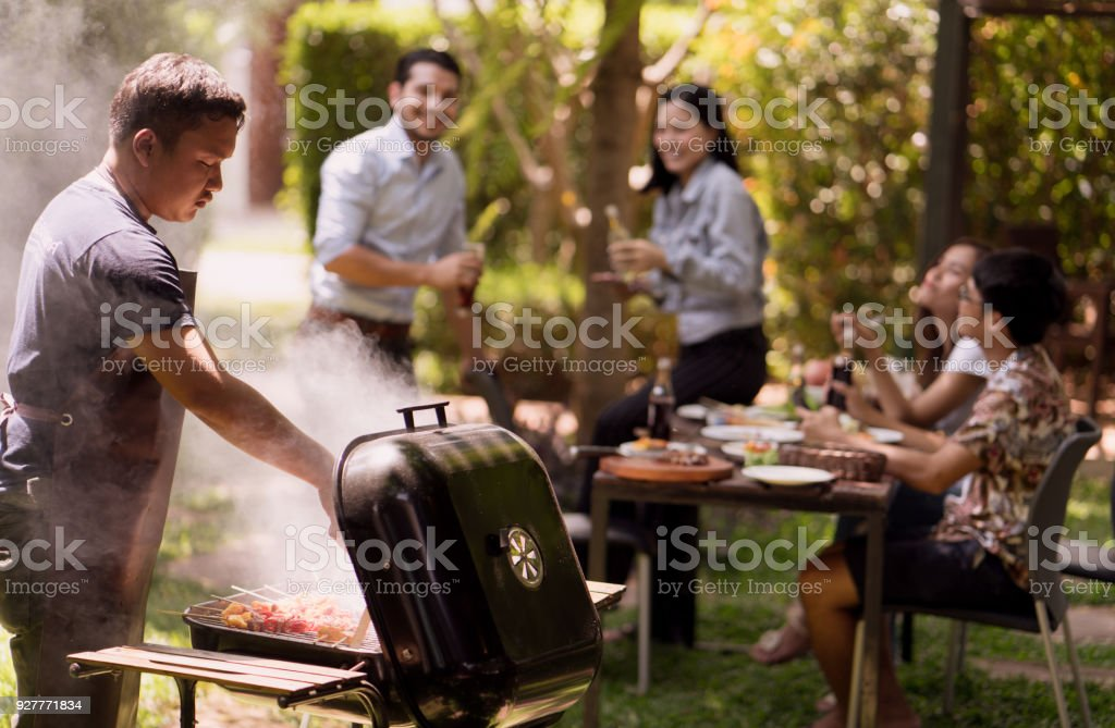 'S middags feest, barbecue en gebraden varkensvlees foto