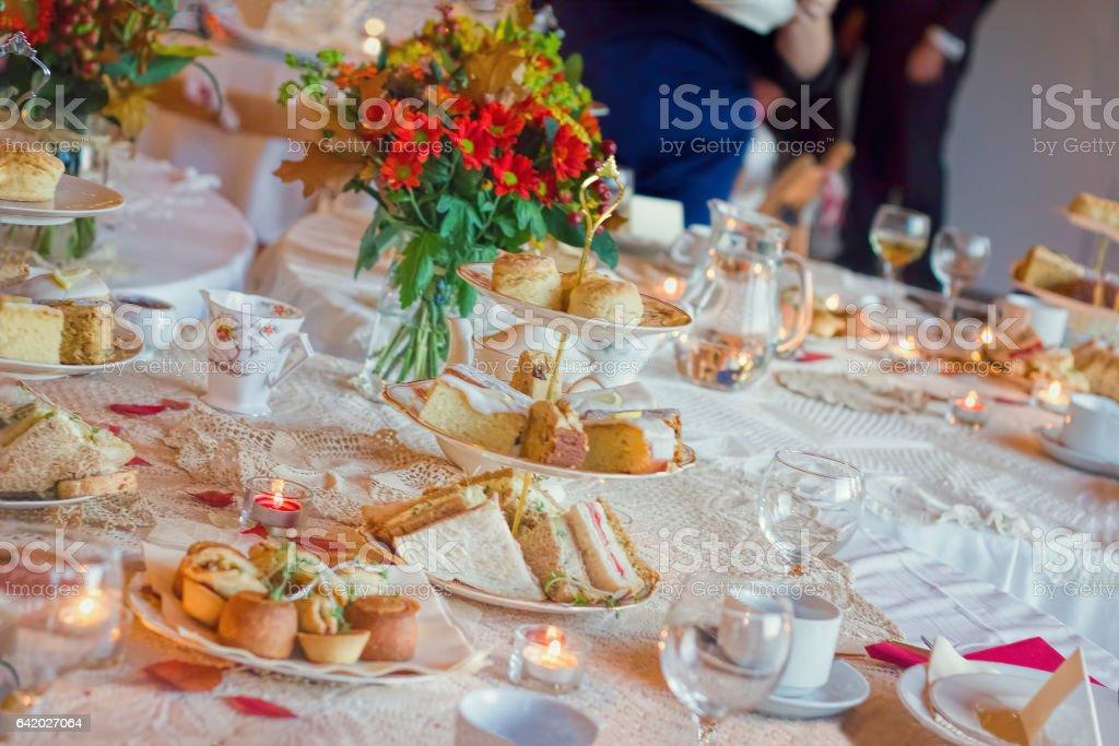 アフタヌーンティーサービスをご利用いただけます。伝統的な英国の贅沢 ストックフォト