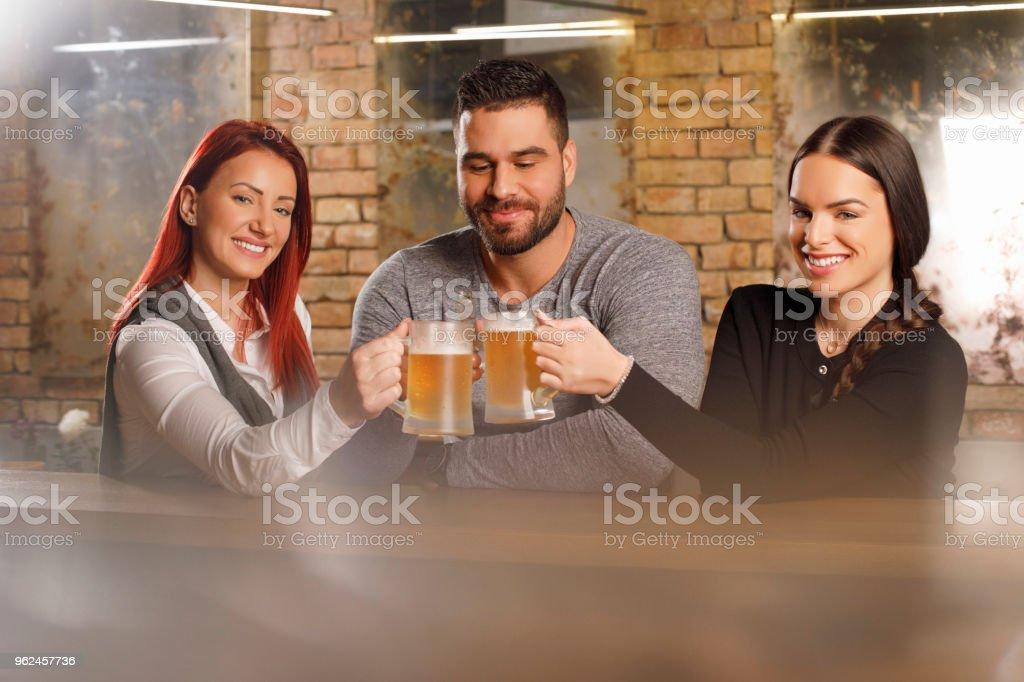 Fiesta de la cerveza afterwork con amigos - foto de stock