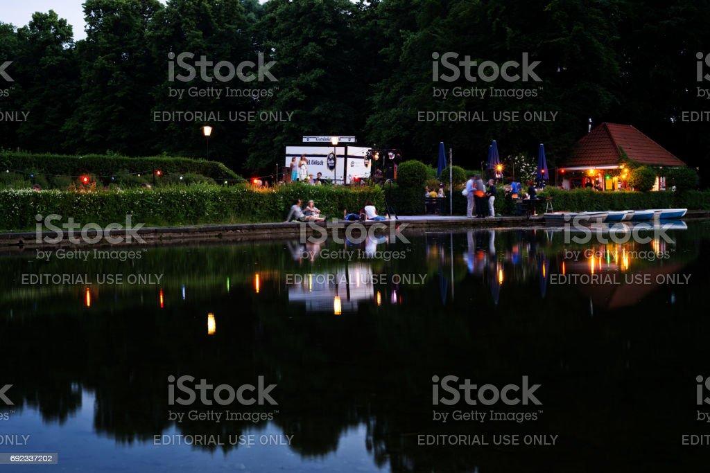 Estado de ánimo después del trabajo en el bassin de agua de un parque público en Colonia - foto de stock